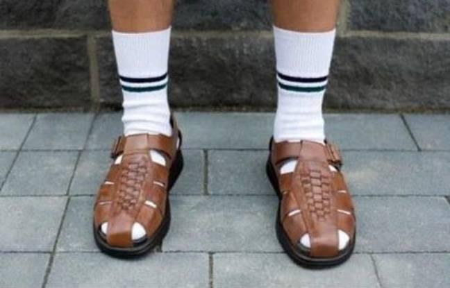 Exemple de chaussettes dans les sandales.
