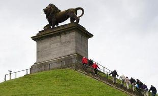 Des visiteurs grimpent à La Butte du Lion à Waterloo, le 1er juin 2015