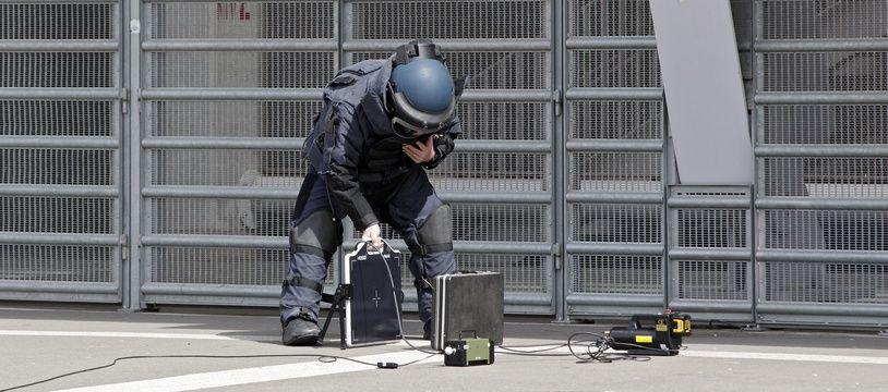 Un démineur lors d'un exercice au stade Pierre-Mauroy à Villeneuve-d'Ascq (illustration).
