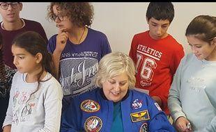 L'astronaute américaine Jan Davis, s'est prêtée au jeu des questions réponses des collégiens de l'académie, avant une séance de dédicaces.
