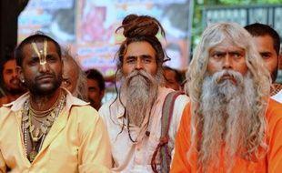 """Des centaines de """"sadhous"""" indiens, des sages ayant fait voeu de pauvreté, ont manifesté lundi à New Delhi contre un projet de construction de plus de cinquante barrages sur le Gange, dont les eaux sont considérées comme sacrées par des millions d'hindous."""