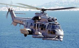 L'un des deux soldats blessés samedi soir dans le crash d'un hélicoptère militaire français au large du Gabon est décédé dimanche matin dans un hôpital de Libreville, a-t-on appris auprès de l'état-major des armées à Paris.