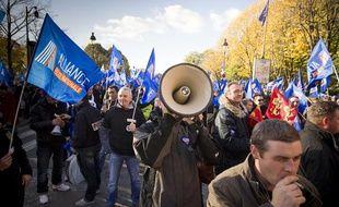 À l'appel du syndicat Alliance, environ 300 policiers manifestent à Paris le 13 novembre 2013 contre le budget sécurité 2014.