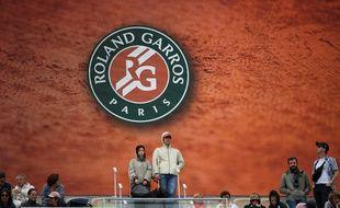 Des spectateurs dans les tribunes du court central lors de Roland-Garros 2019.