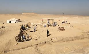 Les restes relativement bien conservés d'un bateau de 18 mètres vieux de quelque 4.500 ans ont été mis au jour dans la nécropole des pyramides d'Abousir près du Caire.