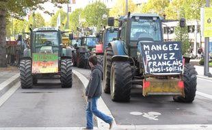Une centaine de tracteurs autour de la préfecture.