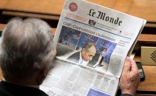 """Un député lit """"Le Monde"""" sur les bancs de l'Assemblée le 27 mai 2014 à Paris"""