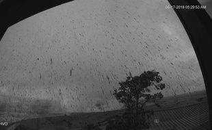 Photo capturée par une webcam après une explosion près du sommet du volcan Kilauea, à Hawaï, le 17 mai 2018.
