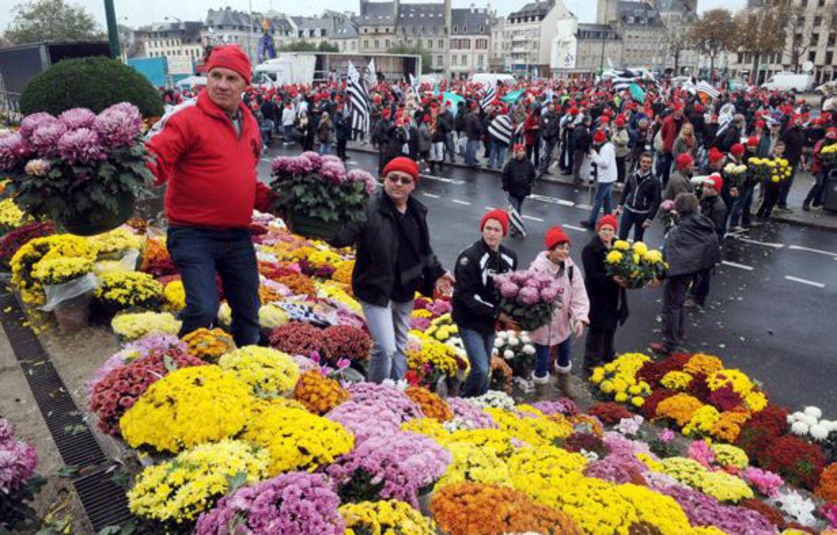 Les «bonnets rouges» ont disposé des chrysanthèmes sur la place de la Résistance, à Quimper (Finistère), ce samedi 2 novembre. – JEAN-SEBASTIEN EVRARD / AFP