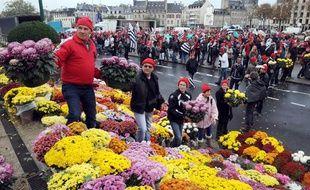 Les «bonnets rouges» ont disposé des chrysanthèmes sur la place de la Résistance, à Quimper (Finistère), ce samedi 2 novembre.