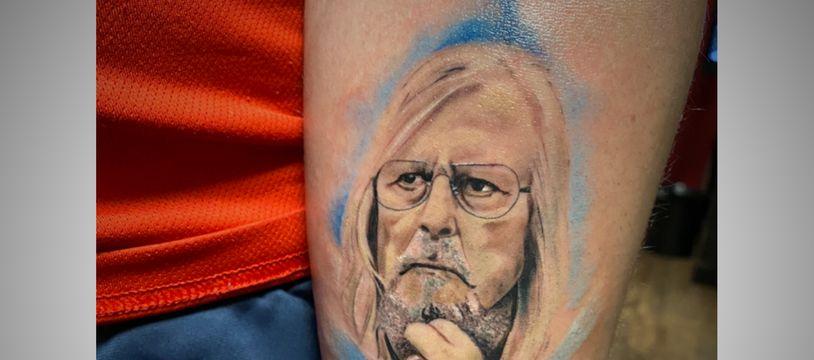 Le portrait de Didier Raoult tatoué par Louisa sur le bras de son compagnon Enzo.