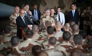 Vingt-quatre mille postes supplémentaires vont être supprimés dans les armées d'ici à 2019, selon le Livre blanc remis lundi au président François Hollande.