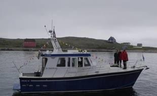 Bernard Decré, Eric Lindbergh et Jean-Paul Herteman ont rendu hommage à Nungesser et Coli vendredi 31 mai en lançant une gerbe de fleur au large de Saint-Pierre-et-Miquelon.