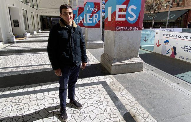César Malfi devant son œuvre sous les arcades des Galeries Lafayette sur la place Masséna de Nice