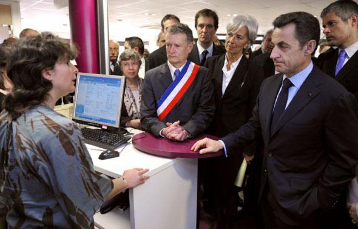 Nicolas Sarkozy, accompagné de Christine Lagarde et Laurent Wauquiez, en visite dans un centre Pôle emploi le 15 avril 2010. – PHILIPPE WOJAZER