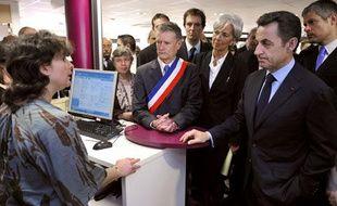 Nicolas Sarkozy, accompagné de Christine Lagarde et Laurent Wauquiez, en visite dans un centre Pôle emploi le 15 avril 2010.