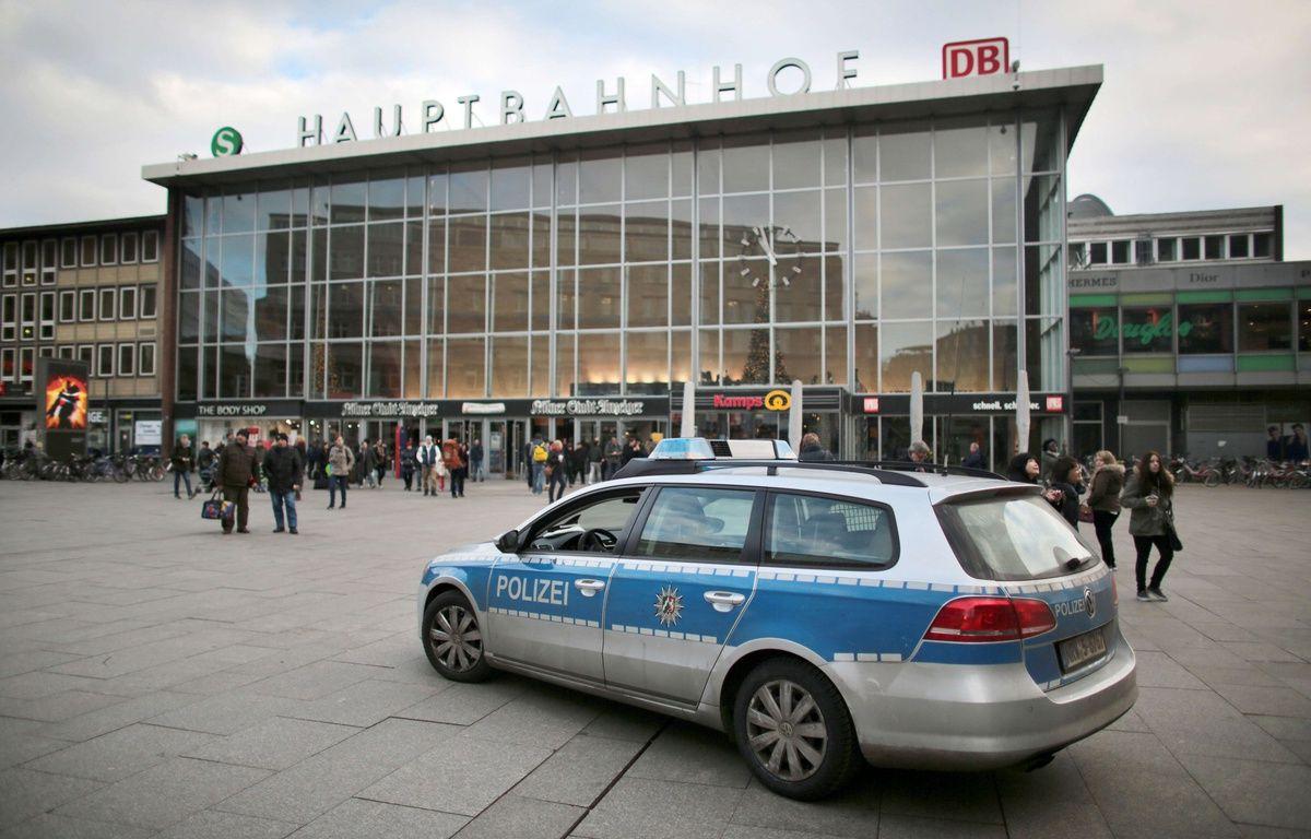 Une voiture de police devant la gare de Cologne, l'un de slieux où des agressions ont eu lieu la nuit du Nouvel an – Oliver Berg/AP/SIPA
