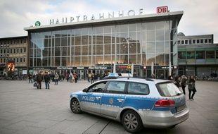 Une voiture de police devant la gare de Cologne, l'un de slieux où des agressions ont eu lieu la nuit du Nouvel an