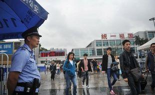 Un policier devant la gare de Canton après une attaque au couteau, le 7 mai 2014.