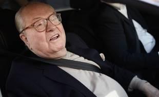 Jean-Marie Le Pen arrive au siège du Front national, à Nanterre, le 4 mai 2015.