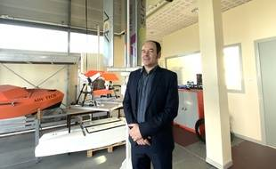 Arnaud Curutchet, fondateur de la start-up bordelaise ADV-Tech, et son éolienne urbaine City Wind.