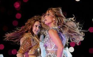 Les chanteuses Shakira et Jennifer Lopez lors de la mi-temps du Super Bowl