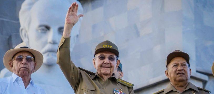 Raul Castro (au centre) avec Leopoldo Cintra Frias (à droite) à La Havane le 2 janvier 2017.