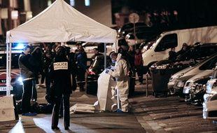 Les enquêteurs de la police judiciaire font des prélèvements après un homicide, à Marseille (archives).