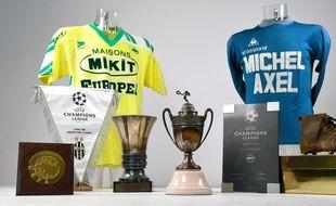 Une Coupe de France (au centre), le maillot jaune des années 80 etc.