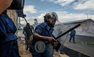Un policier lors d'une manifestation contre le président Pierre Nkurunziza le 13 mai 2015 à Bujumbura