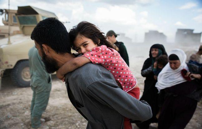 Une fillette fuyant les combats à Mossoul (Irak).