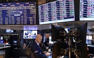 Wall Street a encore reculé lundi après un brutal mouvement de correction la semaine dernière, la performance applaudie de Caterpillar ne suffisant pas à soutenir les indices: le Dow Jones a cédé 0,26% et le Nasdaq 1,08%.