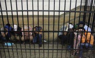 Huit Egyptiens, accusés d'avoir participé à un mariage gay, cachent leur visage pour protéger leur identité lors de leur procès au Caire, le 1er novembre 2014