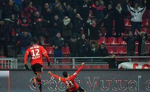 Le capitaine rennais Benjamin André fêtant son but de la tête contre Amiens avec le public du Roazhon Park, le 2 décembre 2017.