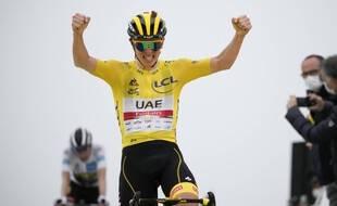 Le Slovène Tadej Pogacar, vêtu du maillot jaune de leader du classement général, franchit la ligne d'arrivée de la dix-septième étape du Tour de France cycliste sur 178,4 kilomètres (110,9 miles).