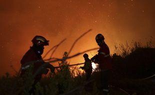 Des pompiers luttent contre un incendie près d'Obidos, au Portugal, le 16 octobre 2017 (illustration).