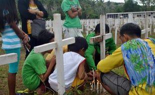 Les Philippines se sont recueillies à la mémoire des victimes du typhon Haiyan, qui avait fait voici deux ans au moins 7.350 morts et disparus, dont les restes refont encore surface