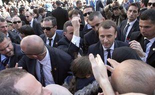 Emmanuel Macron a été interpellé par un jeune au sujet de la colonisation lors de sa visite en Algérie.