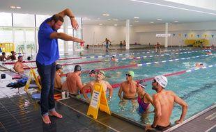 Alain Bernard prend soin décomposer le mouvement à réaliser dans l'eau.