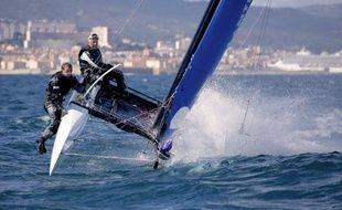 Le navigateur suisse Yvan Bourgnon, victime d'une avarie, a abandonné vendredi matin sa tentative contre le record du tour de la Corse à la voile, sur un petit catamaran de course de 6 m de long.