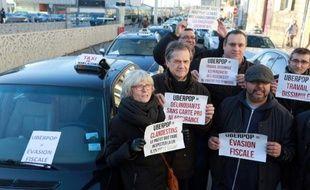 Manifestation de chauffeurs de taxis contre le développement de nouveaux services, comme celui d'Uber, qu'ils accusent de concurrence déloyale, le 10 février 2015 à Bordeaux, dans le sud-ouest de la France