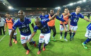 Strasbourg, le 6 mai 2016. - Eric Marester et ses coéquipiers du Racing club de Strasbourg communient avec le public du stade de la Meinau après un succès contre le CA Bastia (3-0).