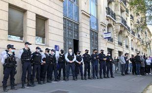 Des policiers rassemblés devant le commissariat du 4e arrondissement pour rendre hommage à Stéphanie M., tuée vendredi à Rambouillet