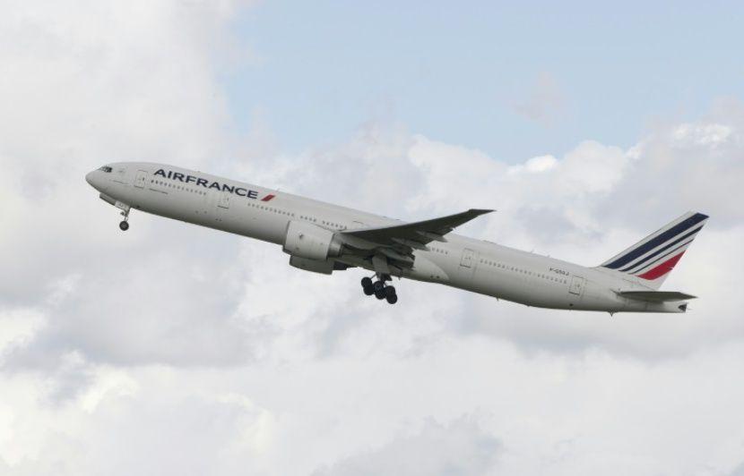 VIDÉO. Un arc-en-ciel aux couleurs exceptionnelles apparaît après le passage d'un Boeing 777