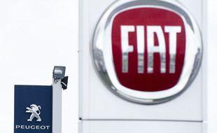 Les logos des marques automobiles Fiat et Peugeot.