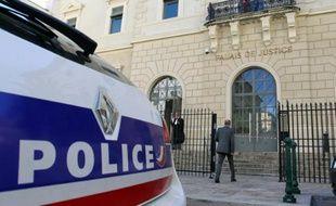 Illustration d'une voiture de police, devant le tribunal d'Ajaccio, en Corse, le 12 mai 2014
