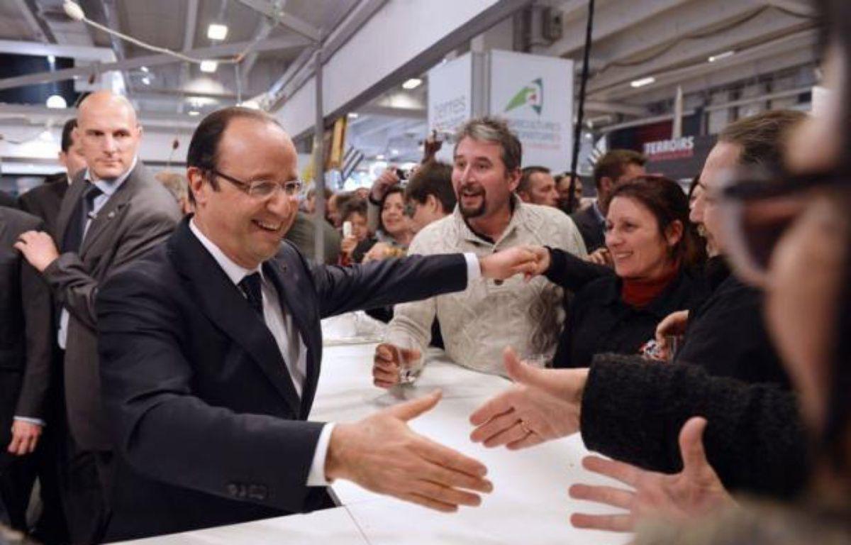 François Hollande a renoué avec les bains de foule des grands jours samedi au Salon l'agriculture, dont il a arpenté les allées dix heures d'affilée, chaleureusement accueilli par une profession qui lui est pourtant traditionnellement peu favorable dans les urnes. – Miguel Medina AFP