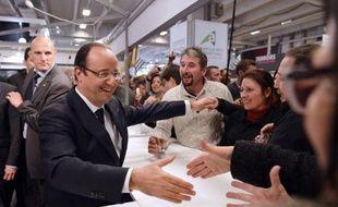 François Hollande a renoué avec les bains de foule des grands jours samedi au Salon l'agriculture, dont il a arpenté les allées dix heures d'affilée, chaleureusement accueilli par une profession qui lui est pourtant traditionnellement peu favorable dans les urnes.