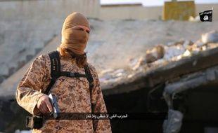Photo extraite d'une vidéo diffusée par le groupe EI dans la province irakienne de Ninive le 30 janvier 2016, montrant un jihadiste parlant français