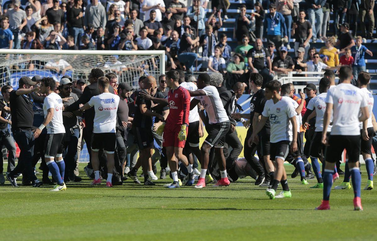 """Des """"supporters"""" bastiais envahissent la pelouse à la mi-temps de Bastia-OL. – P. Pochard-Casabianca / AFP"""